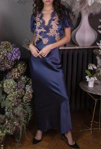 Langes Seidennachtkleid aus jeansblauer Seide mit beiger Spitze Nina von Marjolaine