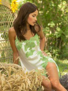 Seidennachthemd Maya weiss mit apfelgrüner Spitze von Marjolaine