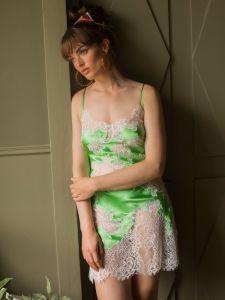 Seidenneglige Melinda apfelgrün von Marjolaine