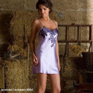 Seidennachthemd Baccarat lavendel mit schwarzer Spitze von Marjolaine
