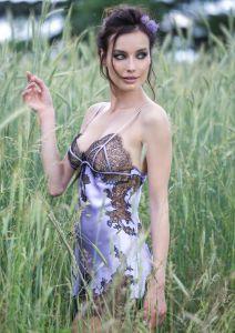 Seidennegligé Baccarat Gold lavendelfarben mit schwarzer Spitze von Marjolaine