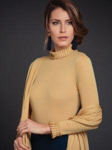 Merinowolle-Seide Langarmshirt mit Steh- Kragen in gold von Artimaglia - das Schultertuch ist nicht im Lieferumfang enthalten