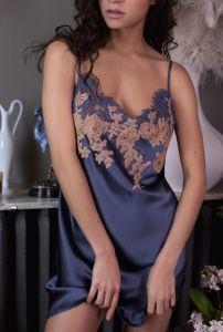 Seidennachthemd Nina jeansblau mit beiger Spitze von Marjolaine