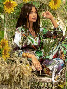 Seidenpyjama Maya grün-bunt mit Schmetterlingen von Marjolaine