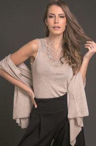 Merinowolle-Seide Schal-Tuch Stola in hellbeige von Artimaglia - das Shirt ist nicht im Lieferumfang enthalten